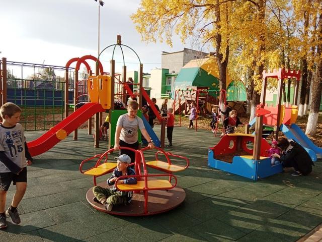 Открытие детской игровой площадки в Опарино