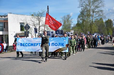 На снимке: «Бессмертный полк» на улицах Даровского.