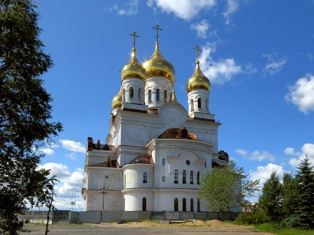 На снимке: строящийся в столице Поморья кафедральный собор Михаила Архангела. Июнь 2019 года.