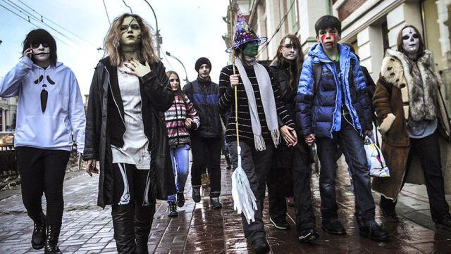 На снимке: сторонники «Хеллоуина» вышли на улицу