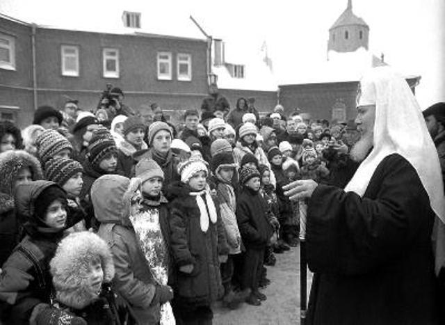 На снимке: Патриарх Московский всея Руси Алексий ІІ беседует с детьми.
