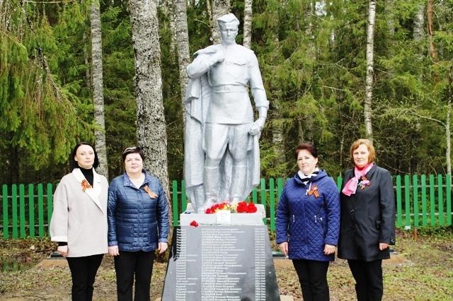 Возложение венков на воинском кладбище
