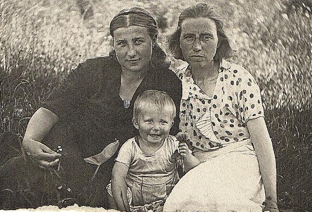 Фото Надежды с Оксаной и мамой.