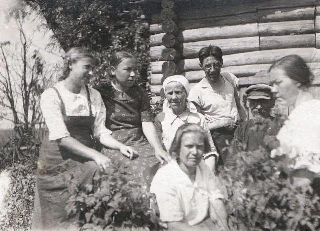 Никанор Алексеевич в кругу родных. Первая слева – дочь Надежда Никаноровна (Дина).