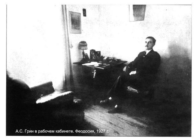 А.С.Грин в рабочем кабинете в Феодосии. 1927 г.