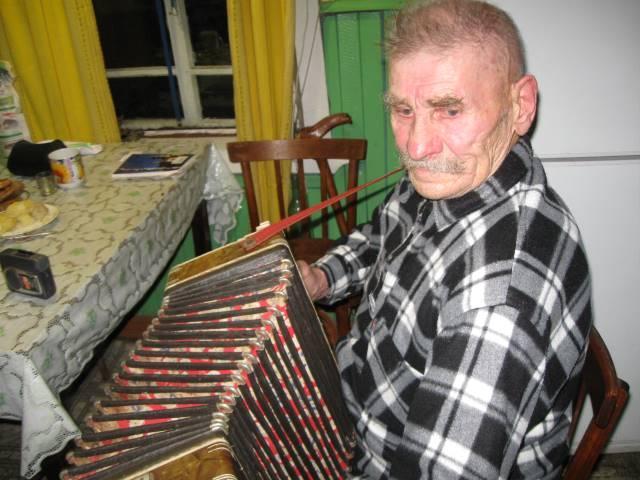 На снимке: Август Филиппович Кокорин со своей гармонью. Фото автора.