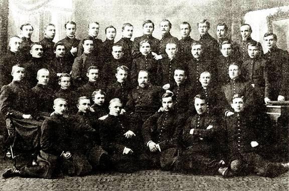 На снимке: выпускники Вятского Александровского реального училища 1916 г. tomado-84.livejournal.com