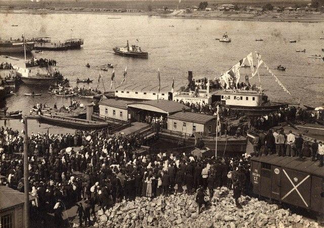 На снимке: речная пристань города Вятки всегда была многолюдная, поскольку на реке было большое движение судов. Фото с открытки.
