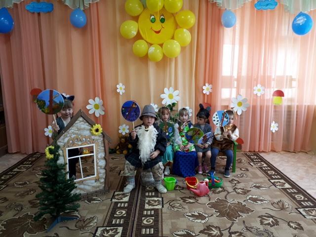воспитатель Л. Г. Русын с воспитанниками.