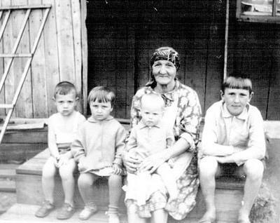 Фото Анна Степановна с внуками
