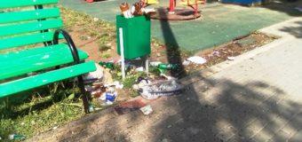 Среди бутылок и мусора