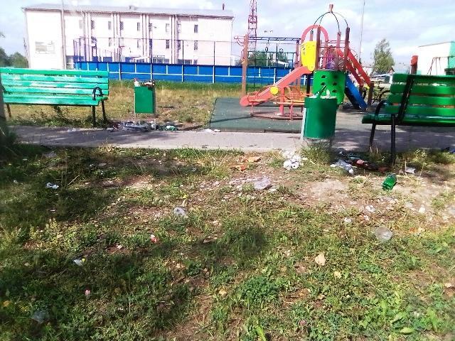 Мусор на детской площадке